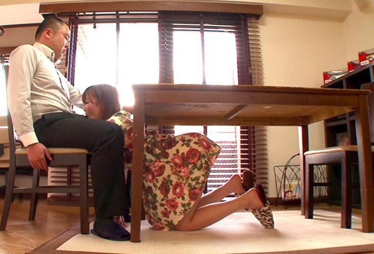 【フェラ】机の下で男のモノを咥える女たちが撮影される。。(23枚)・8枚目