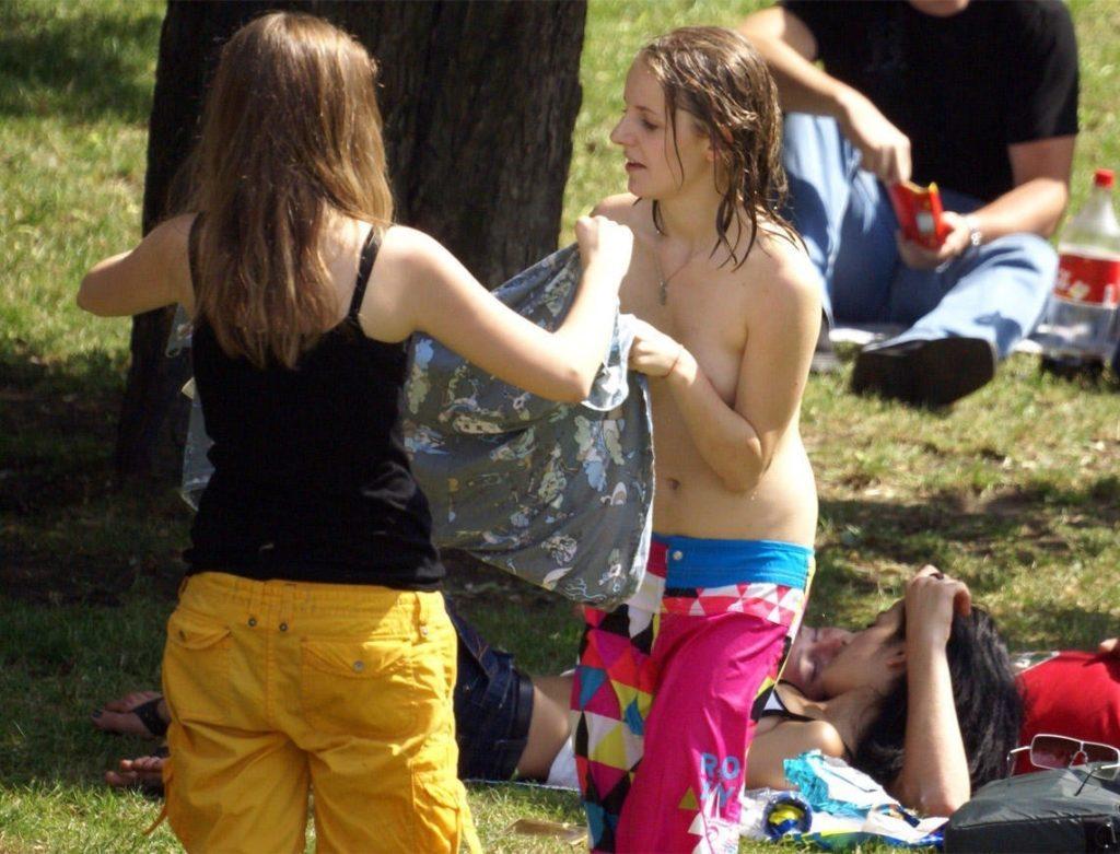 【ガチ盗撮】ビーチの近くで着替える女性たちが撮影され晒された・・・(25枚)・8枚目