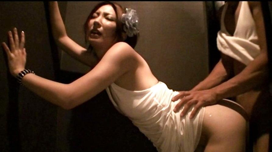 【キャバ嬢】売上の為にトイレで「枕営業」してる光景を撮影されるwwwwwww・8枚目