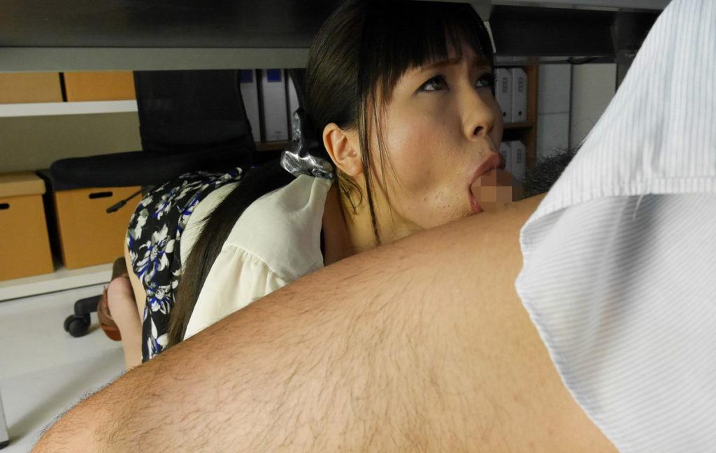 【フェラ】机の下で男のモノを咥える女たちが撮影される。。(23枚)・9枚目
