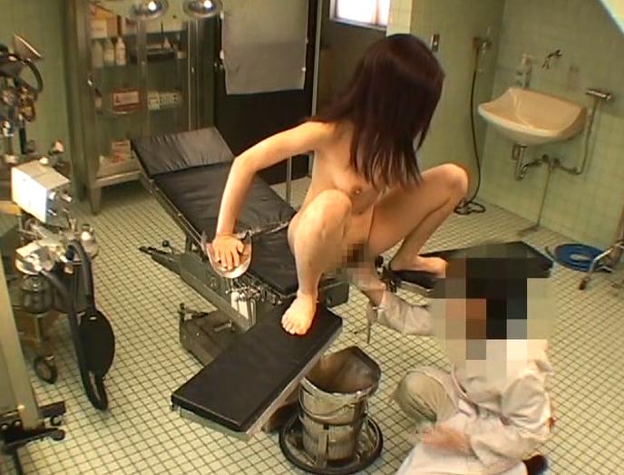 【エロ画像】手術室でレイプされる女さん、抵抗できずヤラれ放題。。・10枚目