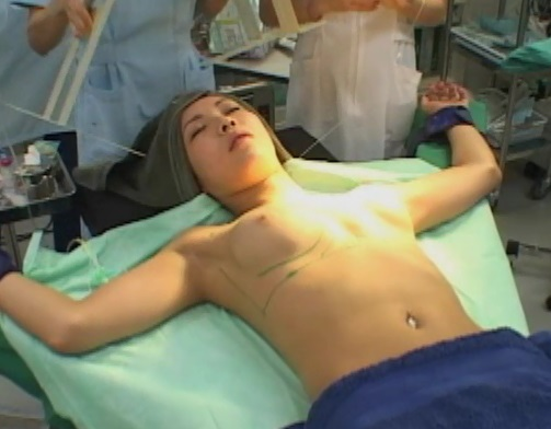 【エロ画像】手術室でレイプされる女さん、抵抗できずヤラれ放題。。・11枚目