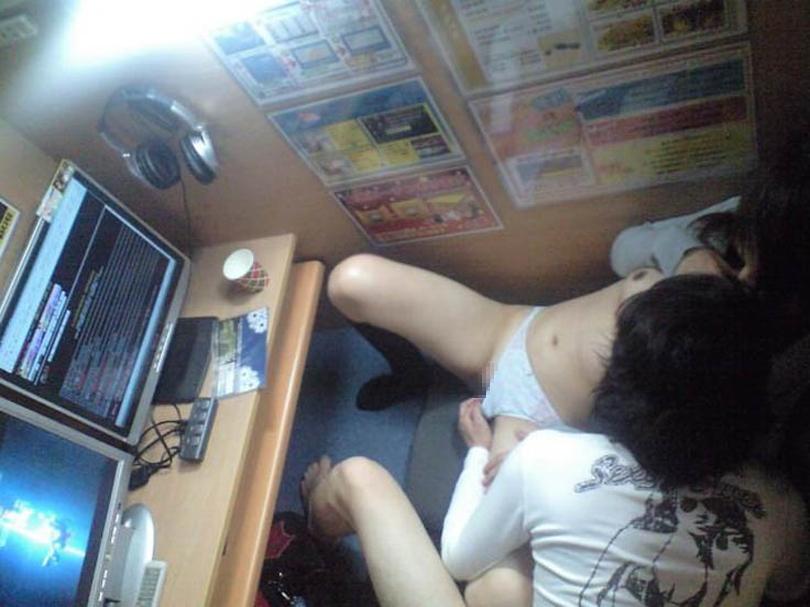 【盗撮】ネカフェ民が撮影したカップル個室の様子。。アングル天才やったwwwww・14枚目
