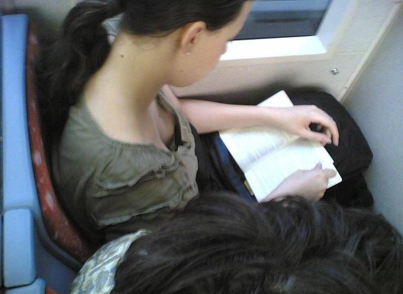【盗撮】電車内でこっそりスマホで撮影したエッロい素人さんのエロ画像wwwww・16枚目