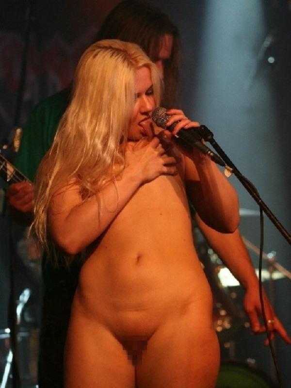 """""""全裸""""でライブしてる女性歌手一覧がこちら。いっぱいおるやんけwwwwww(エロ画像)・17枚目"""
