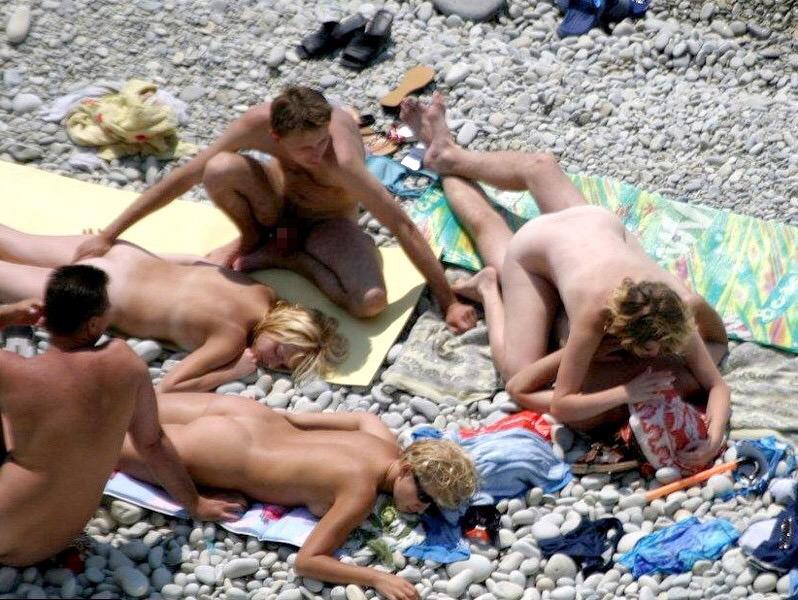 ヌーディストビーチにいる女さん、ビッチすぎて乱交まで発展するwwwwww(エロ画像)・22枚目
