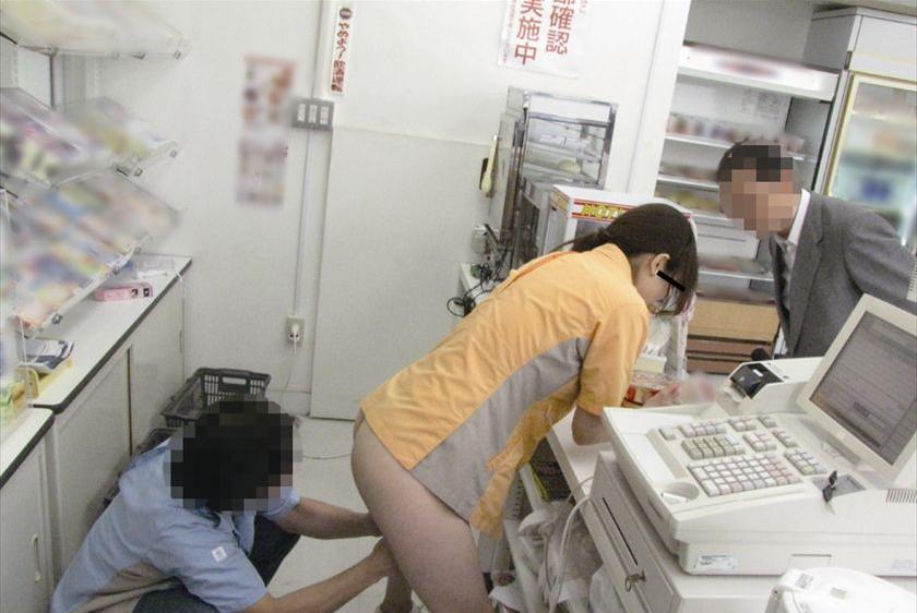【エロ画像】バイト先でセクハラされてるJKが撮影される。。・23枚目