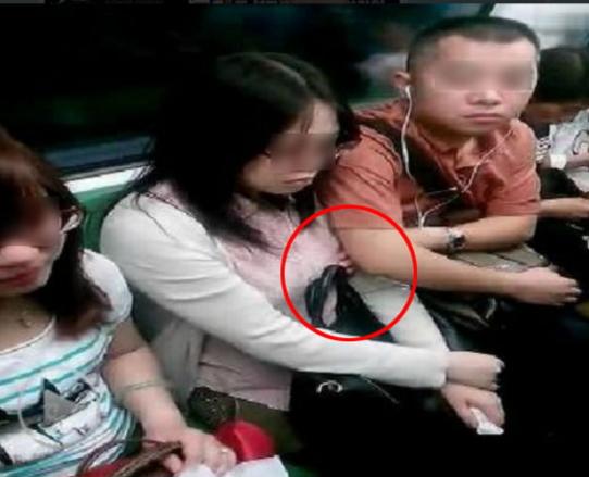【痴漢】触ってる瞬間を撮影された犯人。共通点は大胆すぎるwwwww・23枚目