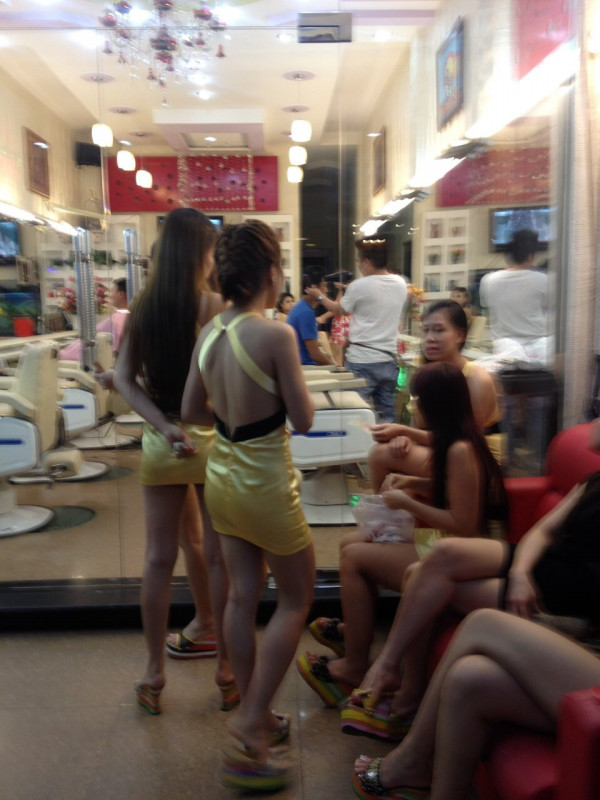 【エロ画像】ベトナムの抜きアリ理髪店がこちらです。メインは抜きwwwwww・23枚目