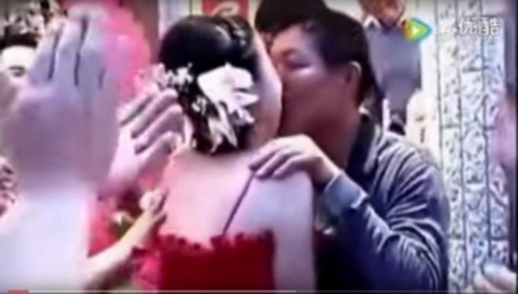【中国エロ】結婚式で性接待させられる花嫁さん…この文化ヤバいwwwww・24枚目