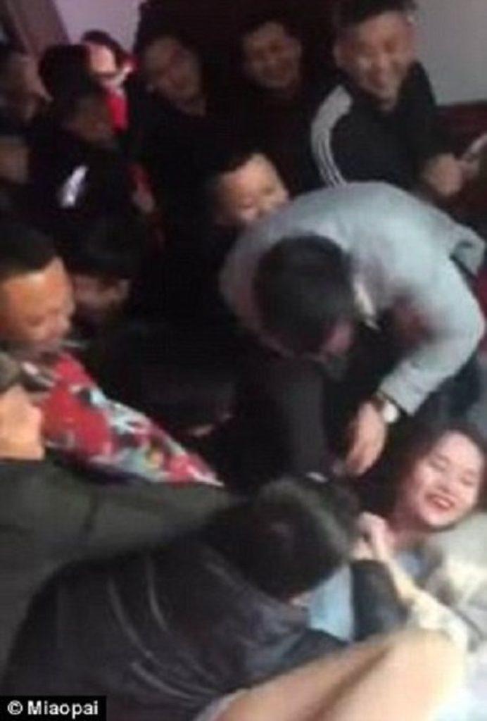 【中国エロ】結婚式で性接待させられる花嫁さん…この文化ヤバいwwwww・27枚目
