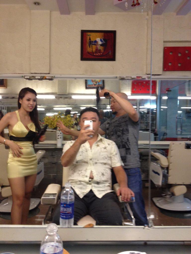 【エロ画像】ベトナムの抜きアリ理髪店がこちらです。メインは抜きwwwwww・27枚目