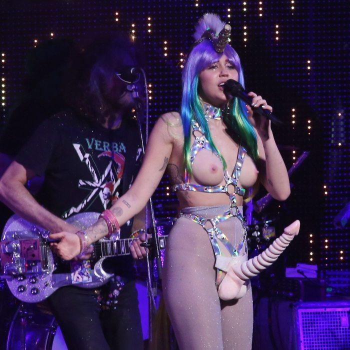 """""""全裸""""でライブしてる女性歌手一覧がこちら。いっぱいおるやんけwwwwww(エロ画像)・27枚目"""