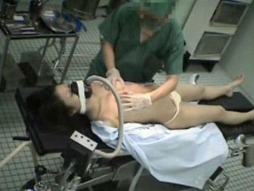 【エロ画像】手術室でレイプされる女さん、抵抗できずヤラれ放題。。・27枚目
