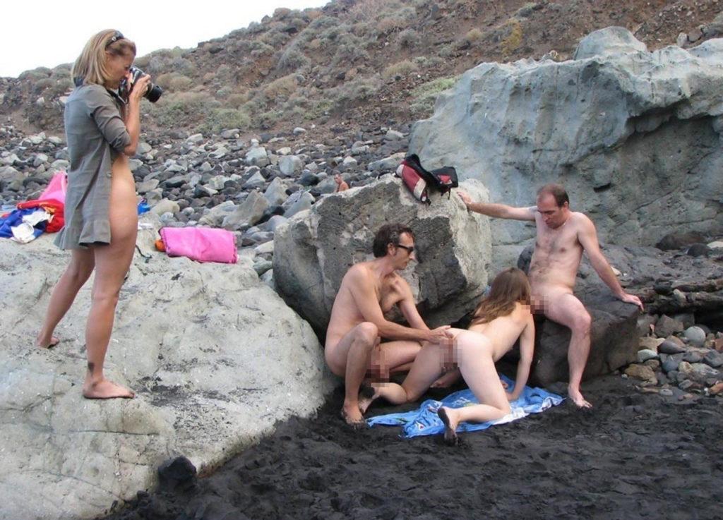 ヌーディストビーチにいる女さん、ビッチすぎて乱交まで発展するwwwwww(エロ画像)・32枚目