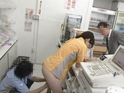 【エロ画像】バイト先でセクハラされてるJKが撮影される。。・4枚目
