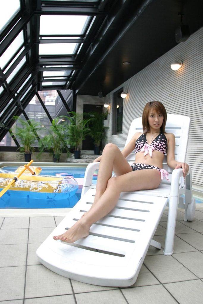 """【エロ画像】入ったらきっと""""精子""""の匂いがする例のプールを使ってるグラドル画像集。(28枚)・4枚目"""