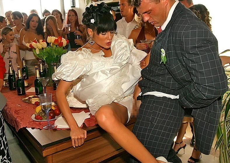 【エロ画像】結婚初夜の乱交パーティーの様子が想像を絶する・・・・・8枚目