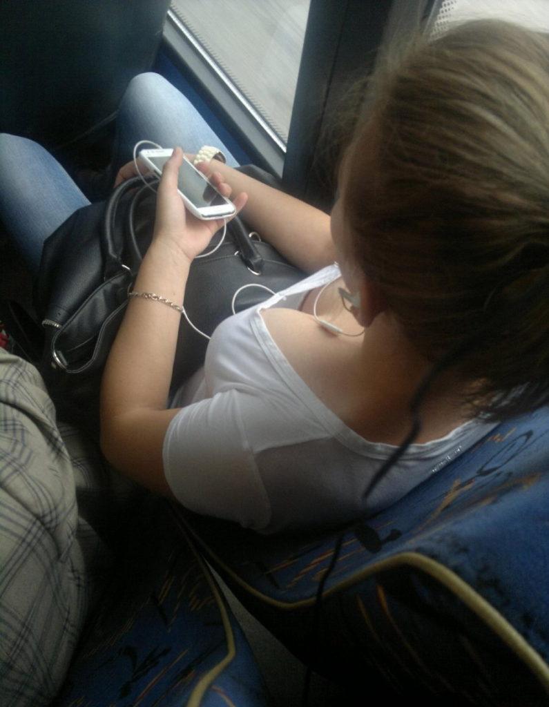 【盗撮】電車内でこっそりスマホで撮影したエッロい素人さんのエロ画像wwwww・6枚目
