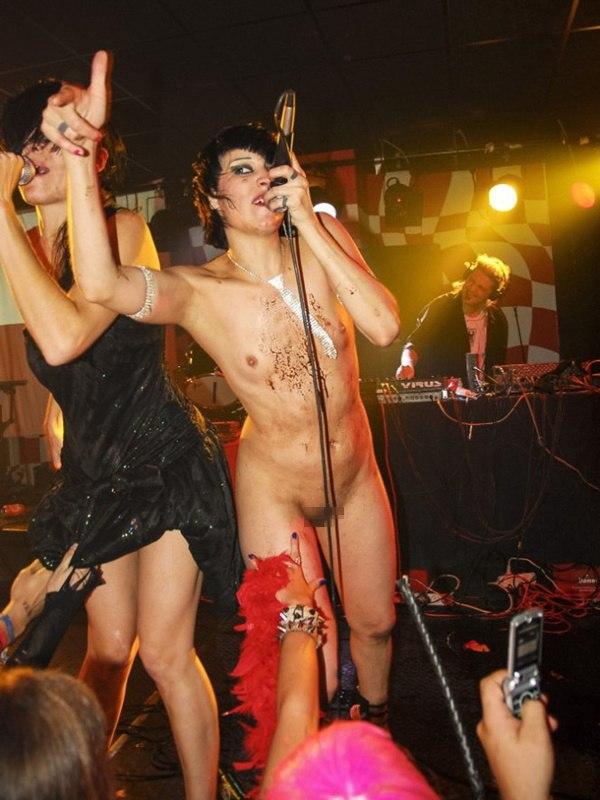 """""""全裸""""でライブしてる女性歌手一覧がこちら。いっぱいおるやんけwwwwww(エロ画像)・6枚目"""