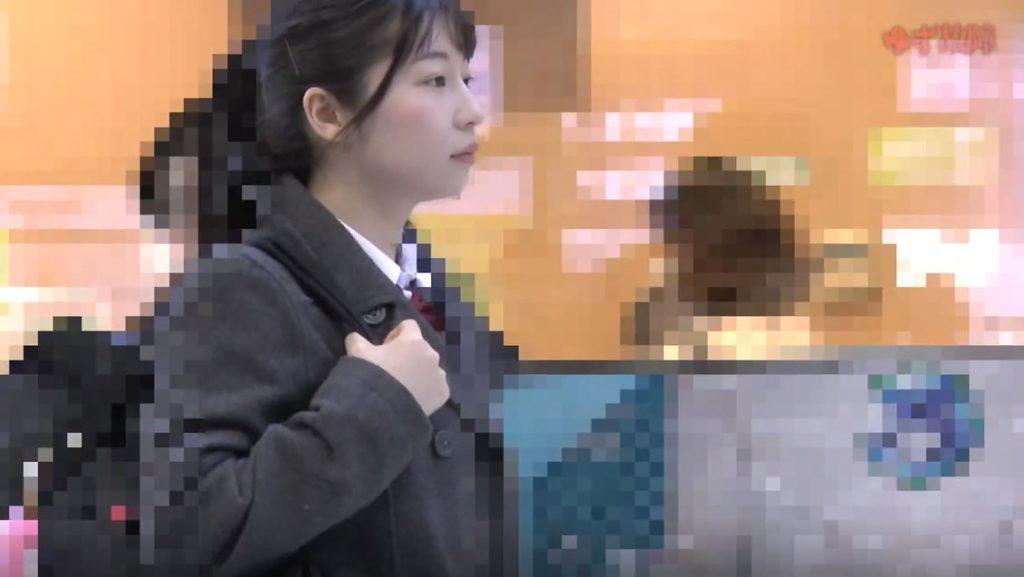【動画】制服JKが盗撮されて顔射されてる映像ヤバすぎて見入ってしまうwwww・1枚目
