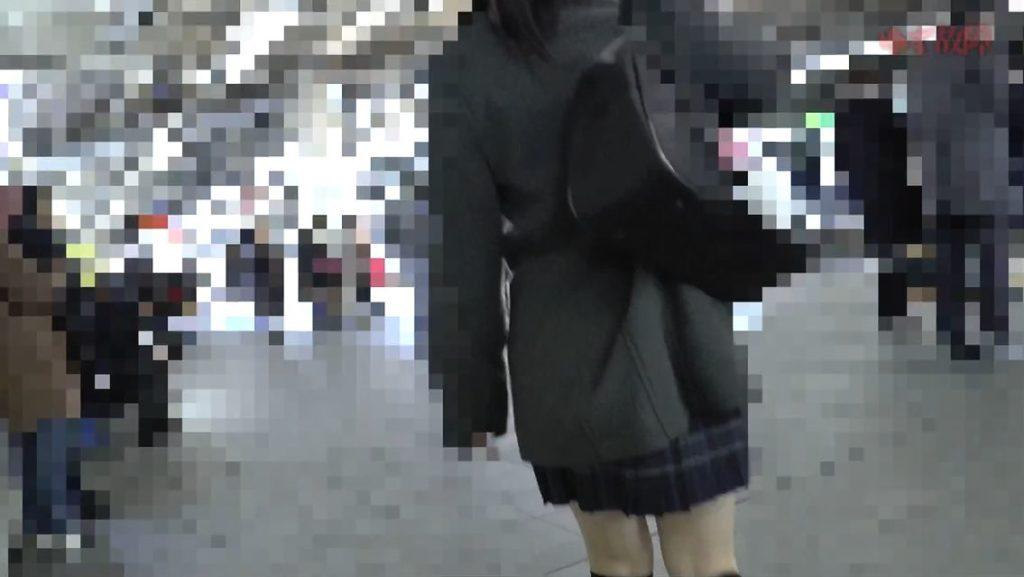 【動画】制服JKが盗撮されて顔射されてる映像ヤバすぎて見入ってしまうwwww・4枚目