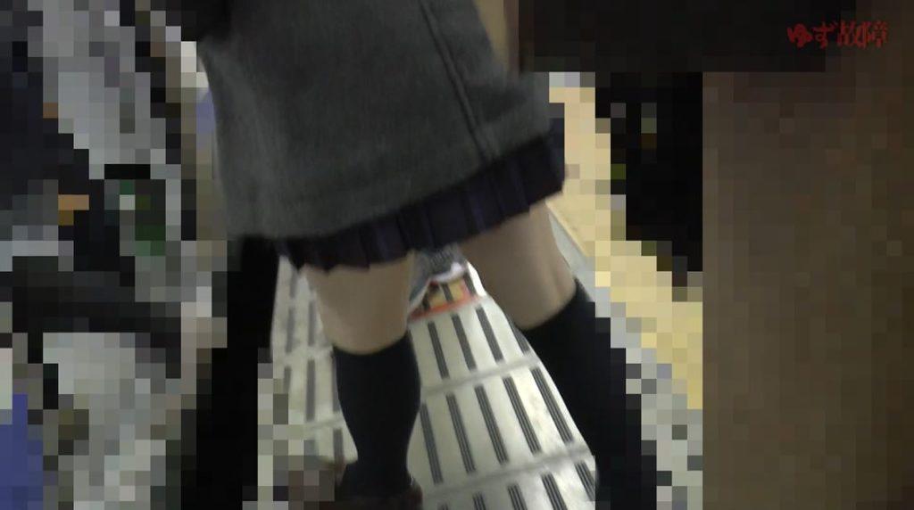 【動画】制服JKが盗撮されて顔射されてる映像ヤバすぎて見入ってしまうwwww・9枚目
