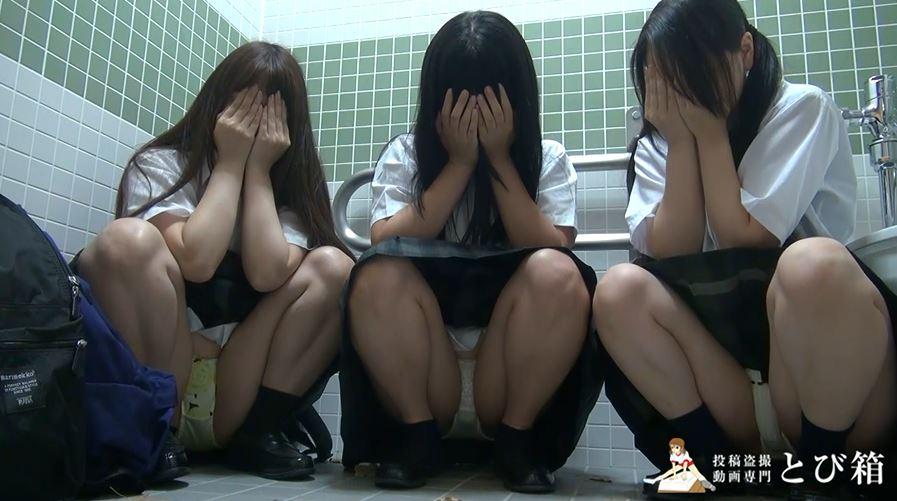 【3人組】3人の制服女子をトイレで撮影した映像。これ大丈夫なん??・10枚目