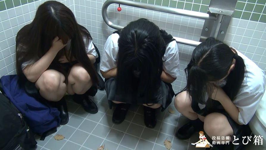 【3人組】3人の制服女子をトイレで撮影した映像。これ大丈夫なん??・11枚目