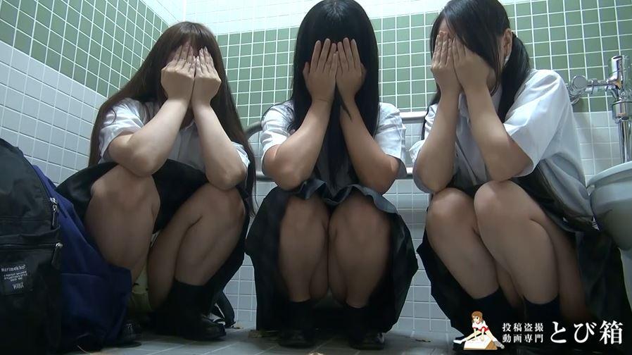【3人組】3人の制服女子をトイレで撮影した映像。これ大丈夫なん??・7枚目