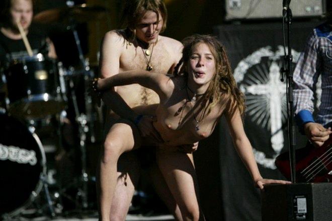"""""""全裸""""でライブしてる女性歌手一覧がこちら。いっぱいおるやんけwwwwww(エロ画像)・8枚目"""