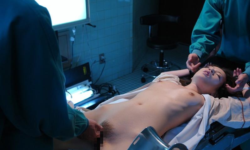 【エロ画像】手術室でレイプされる女さん、抵抗できずヤラれ放題。。・9枚目