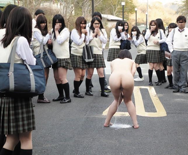 【露出狂】もう公共の場で全裸になってるマジキチ女をご覧ください・・・(エロ画像)・10枚目