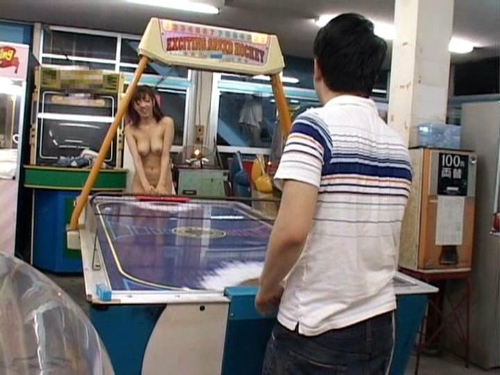 【露出狂】もう公共の場で全裸になってるマジキチ女をご覧ください・・・(エロ画像)・13枚目