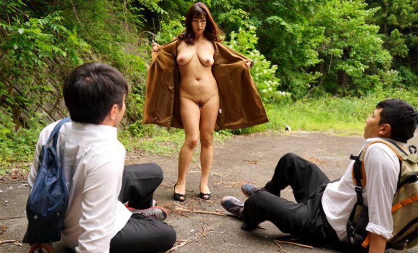 【露出狂】もう公共の場で全裸になってるマジキチ女をご覧ください・・・(エロ画像)・14枚目