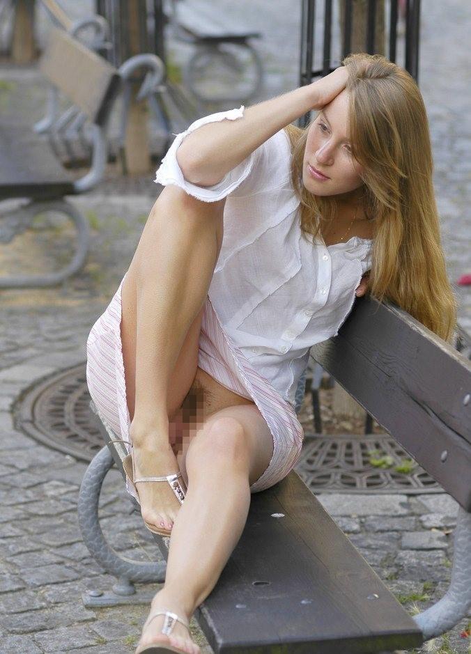 【街撮り】素人まんさんが街中で撮影されたノーパンエロ画像まとめ。(27枚)・18枚目