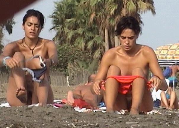 ヌーディストビーチで盗撮したったw生着替えしてる女多くない?wwwww(エロ画像)・18枚目