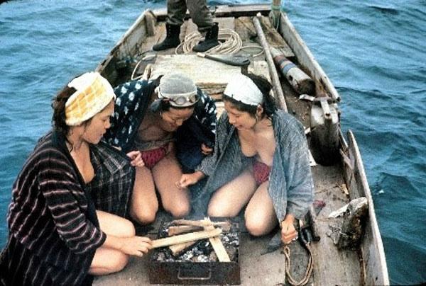 おっぱい丸出しの昔の「海女さん」自然に鍛えられた身体がこちら。(エロ画像)・19枚目