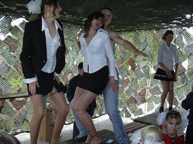 ロシアの女子学生さん、仲間と悪ふざけwwwこれはヤリすぎです。。(エロ画像)・2枚目