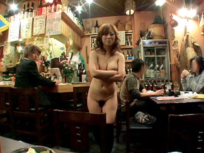 【露出狂】もう公共の場で全裸になってるマジキチ女をご覧ください・・・(エロ画像)・19枚目