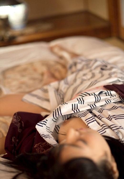 ノーブラで浴衣姿の女の子がポロリしてるエロ画像集(38枚)・26枚目
