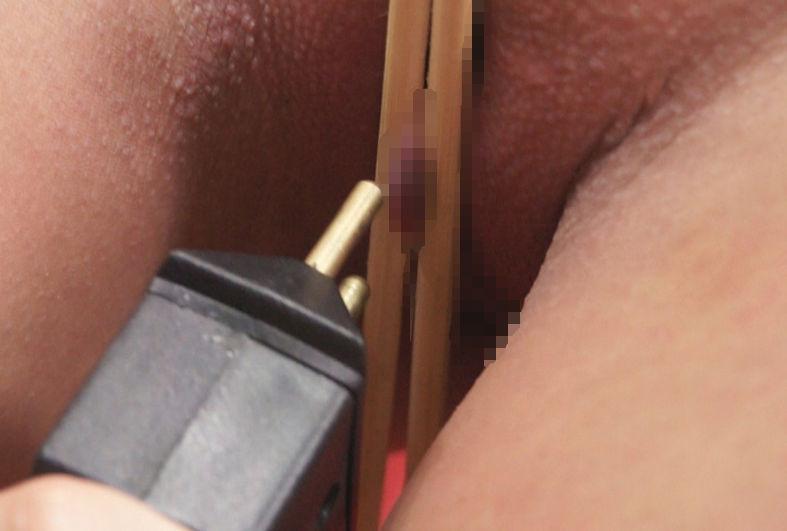 【エロ画像】繊細すぎるエロプレイがこちらです。乳首は豆ですか?wwwwww・20枚目