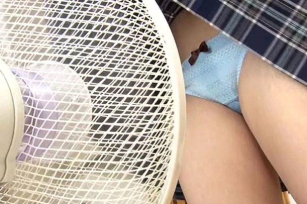 【エロ画像】夏の風物詩。扇風機の前で涼む女の子たちのエロ画像wwwwww・17枚目
