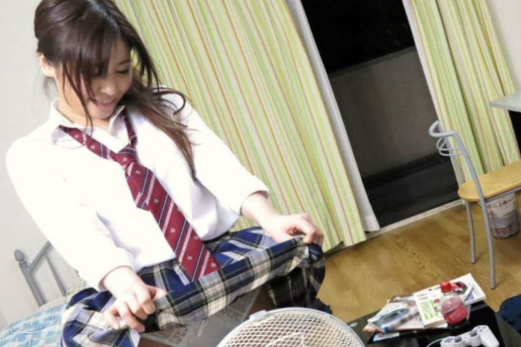 【エロ画像】夏の風物詩。扇風機の前で涼む女の子たちのエロ画像wwwwww・27枚目