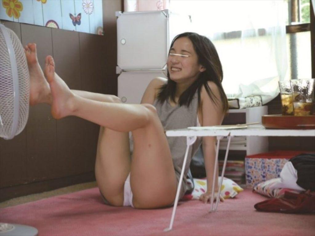 【エロ画像】夏の風物詩。扇風機の前で涼む女の子たちのエロ画像wwwwww・8枚目