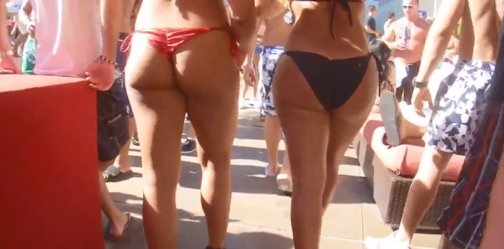 """【尻フェチ】海外のビーチで見える極上ビキニ女さんの""""美尻""""がヤバいwwwww・17枚目"""
