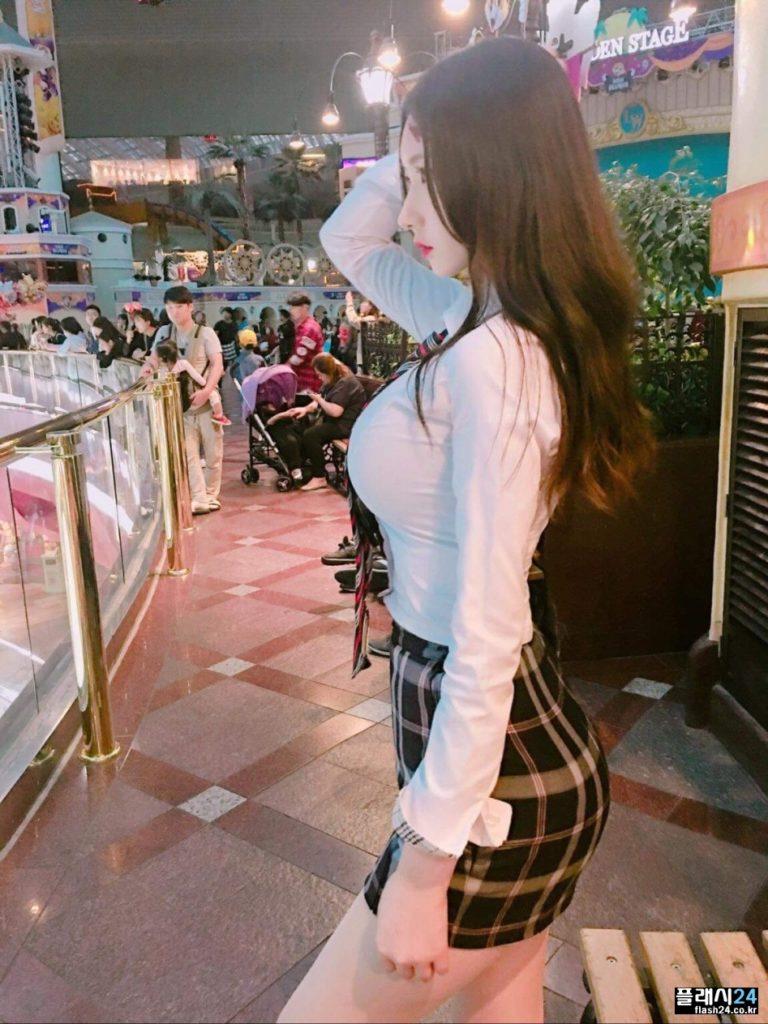 【着衣おっぱい】異様にデカい、、韓国美女のわがままボディー。たまらんやろぉwwwww・1枚目
