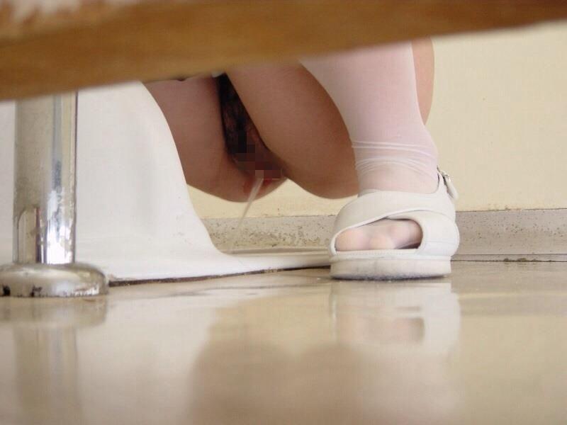 【トイレ盗撮】隠し撮りするなら「和式」やなっ!ってなるエロ画像まとめ。(26枚)・11枚目