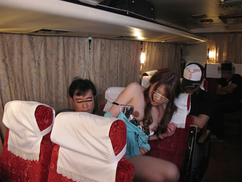 【エロ画像】夜行バスで1人の女子が眠ってしまった末路…ガラガラやったらイケるwwwww・14枚目