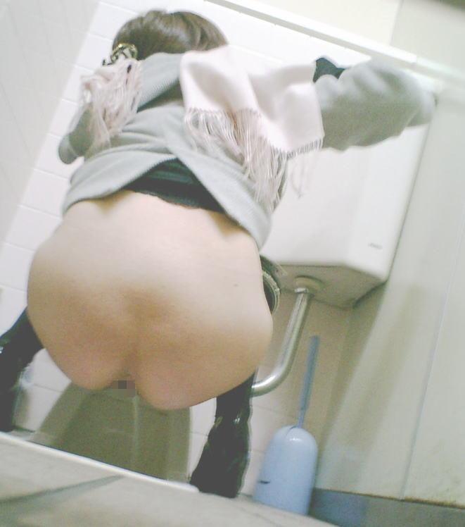 【トイレ盗撮】隠し撮りするなら「和式」やなっ!ってなるエロ画像まとめ。(26枚)・14枚目